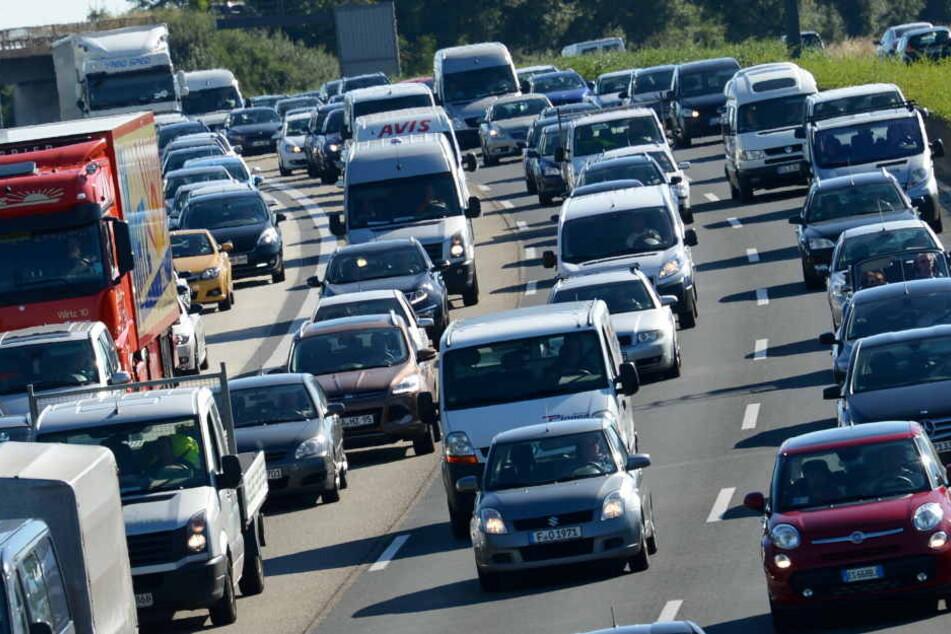 Autofahrer dürfen sich am Wochenende auf Staus und zähe Reisegeschwindigkeit einstellen.