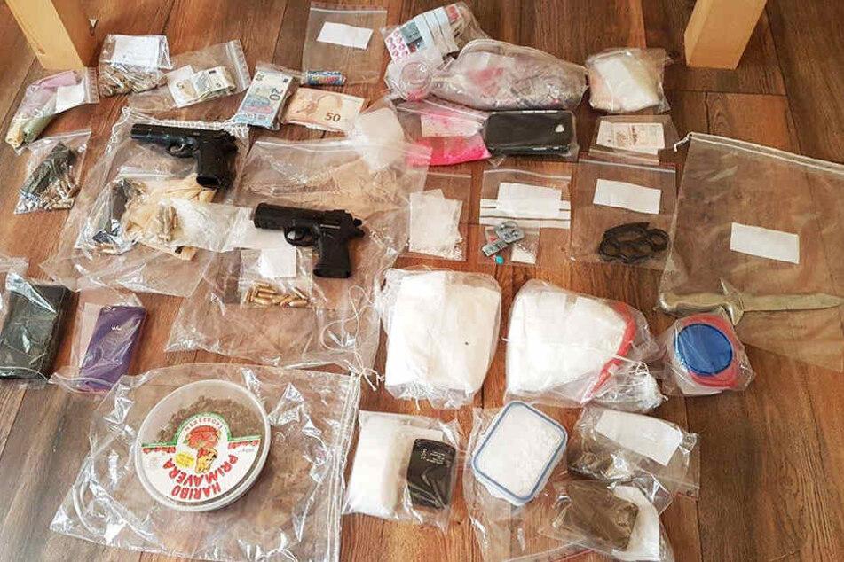Mehrere Kilo Rauschgift und Waffen fanden die Beamten bei der Durchsuchung am Dienstagmorgen.
