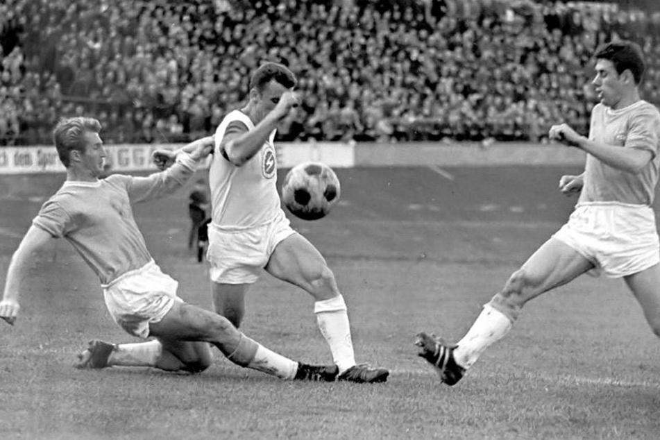 Peter Müller (l.)und Eberhard Vogel (r.) gehörten vor 50 Jahren zur FCK-Meisterelf. Diese Szene entstand am 12. Oktober 1968. Vor vollen Rängen gewann der FCK im Westsachsenstadion mit 1:0. Müller und Vogel stoppen hier den Zwickauer Volker Resch.
