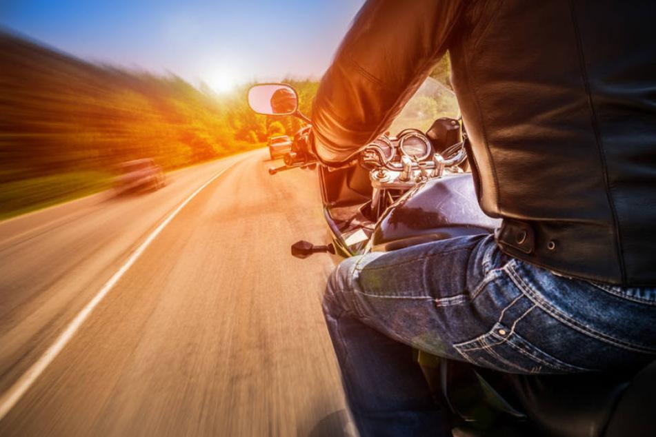 Weil er auf die Gegenfahrbahn geraten ist, kollidierte der Motorradfahrer mit dem entgegenkommenden Auto. (Symbolbild)
