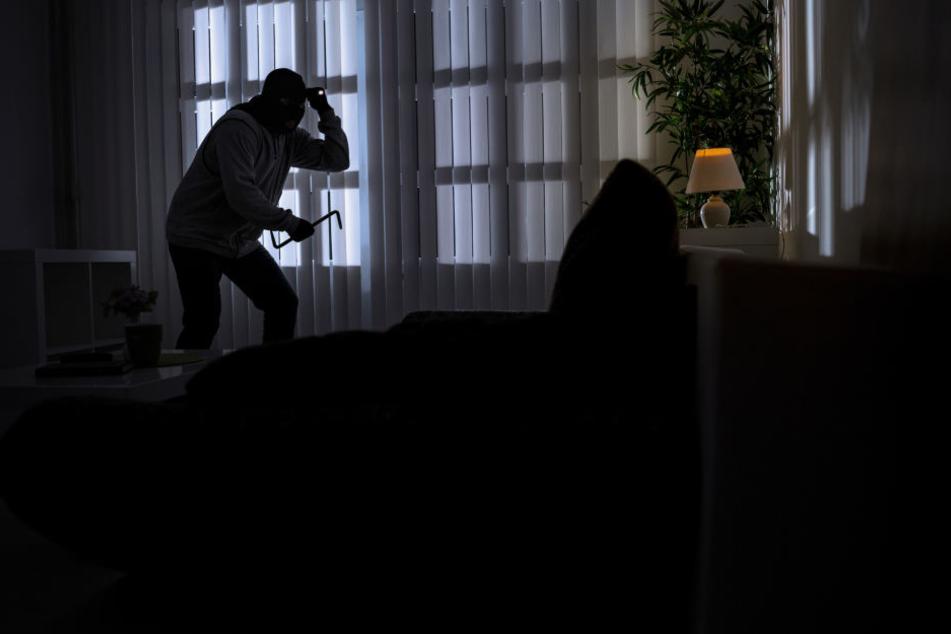 Der Unbekannte brach in die Wohnung ein und verletzte die Mieterin (74) schwer. Wollte er sie auch vergewaltigen? (Symbolbild)
