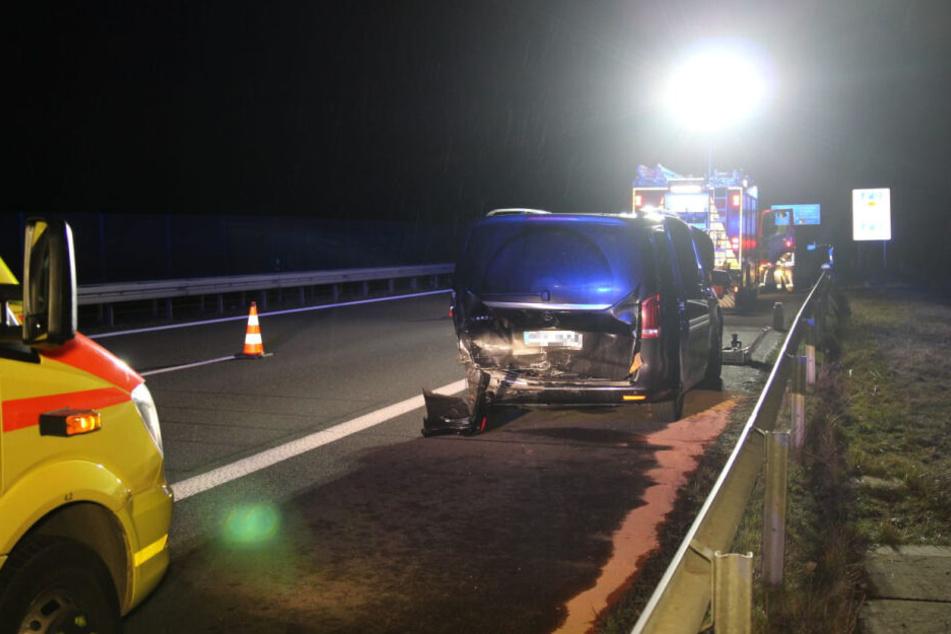 Der Fahrer eines Mercedes (54) sowie seine Beifahrerin (54) wurden dabei schwer verletzt.