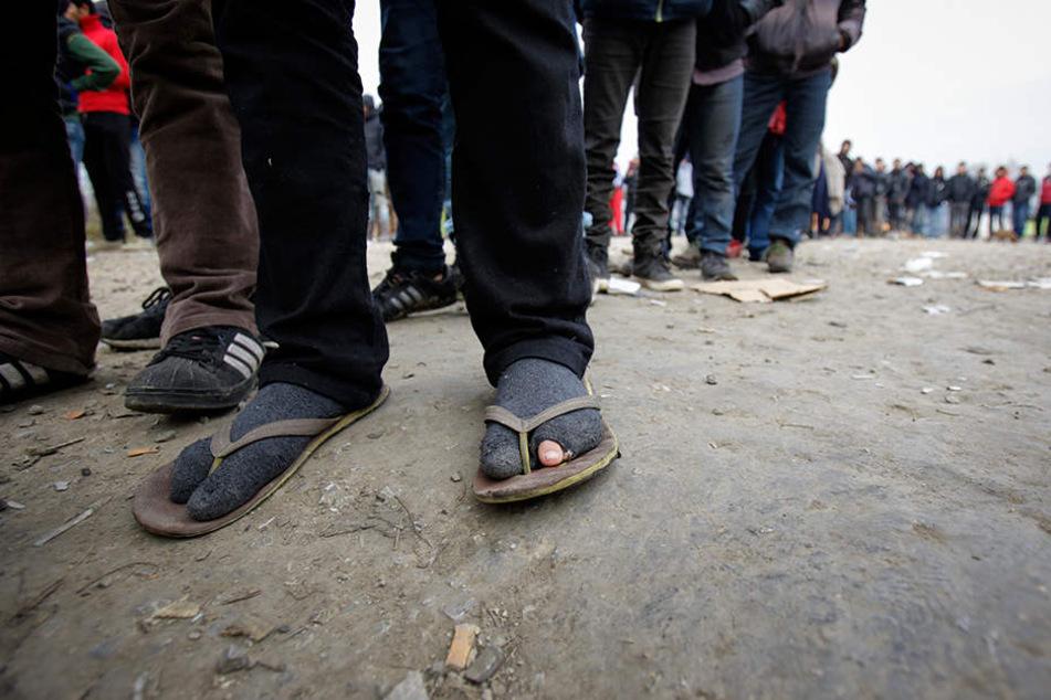 In Velika Kladusa in Bosnien-Herzegowina warten Migranten auf die Speisenverteilung in einem Flüchtlingslager an der Grenze zu Kroatien.