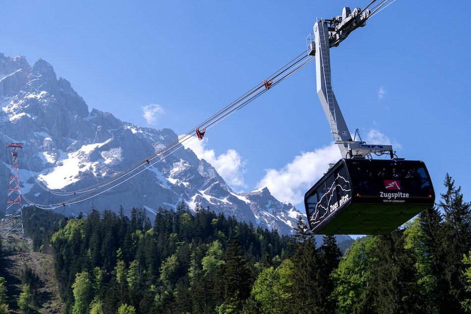 Eine Gondel der Seilbahn auf die Zugspitze verlässt die Talstation.