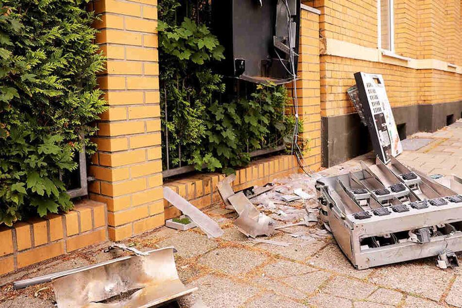 Der Automat wurde vollständig zerstört. Mit Bargeld und Kippen flüchteten die Täter.