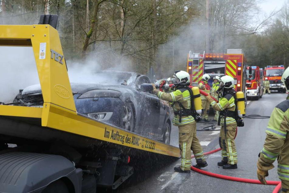 Der Wagen brannte erneut, als er abgeschleppt werden sollte.