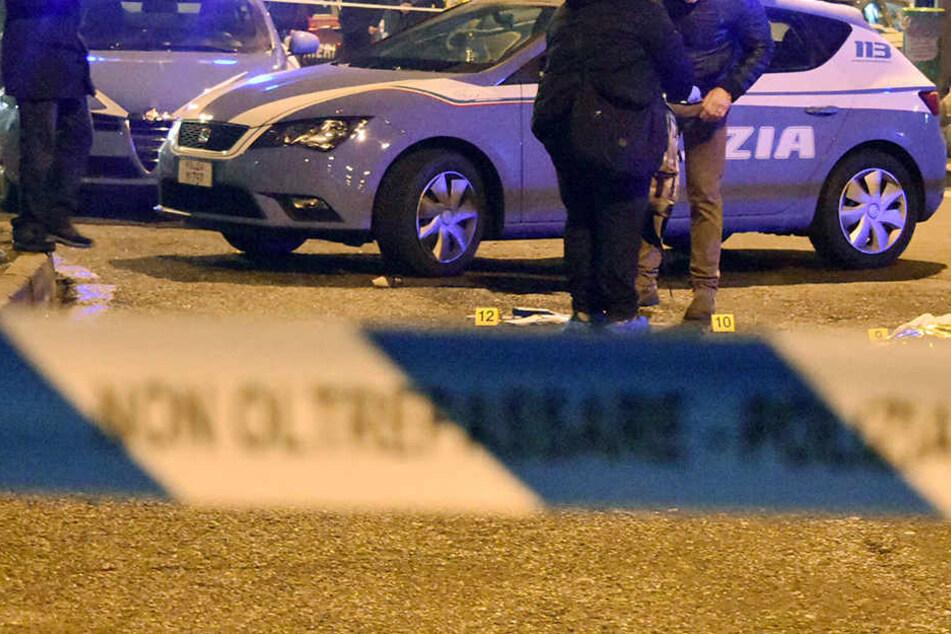 Italienische Polizeibeamte 2016 in Mailand, nachdem der europaweit gesuchte mutmaßliche Attentäter von Berlin, Anis Amri, bei einem Schusswechsel mit der Polizei getötet wurde.
