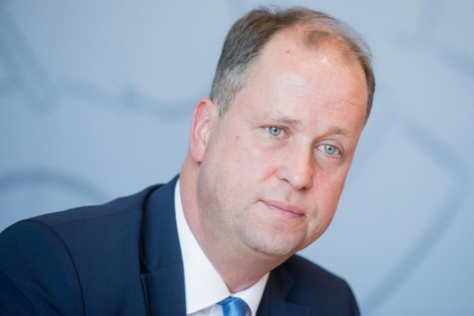 Familienminister Joachim Stamp (FDP) will die Regelungen für Jugendämter überprüfen.