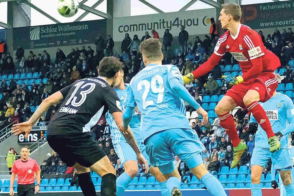 31 Mal musste Kevin Kunz (hier im Spiel gegen den 1. FC Magdeburg bei einer Abwehraktion) in der Sonntag zu Ende gehenden Hinrunde bisher hinter sich greifen.