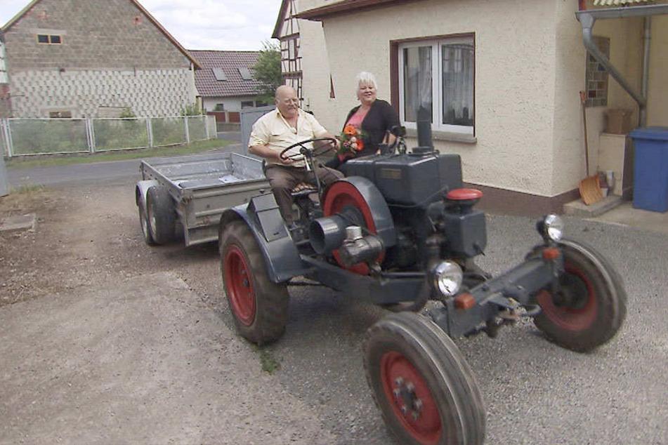Das ließ Rosis (59) Herz schon höher schlagen. Die Fahrt in Günters Oldtimer-Traktor.