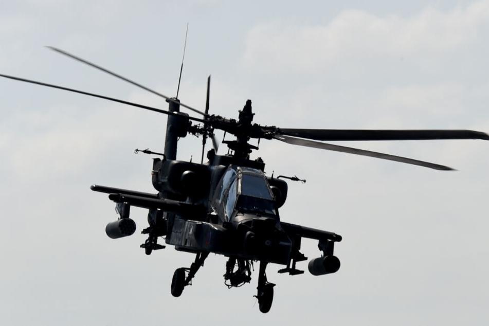 Kampfhubschrauber vom Typ Apache werden bei der Übung eingesetzt.