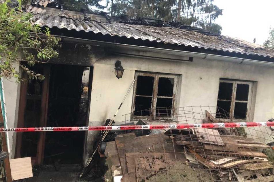 War es Brandstiftung? Einfamilienhaus geht in Flammen auf