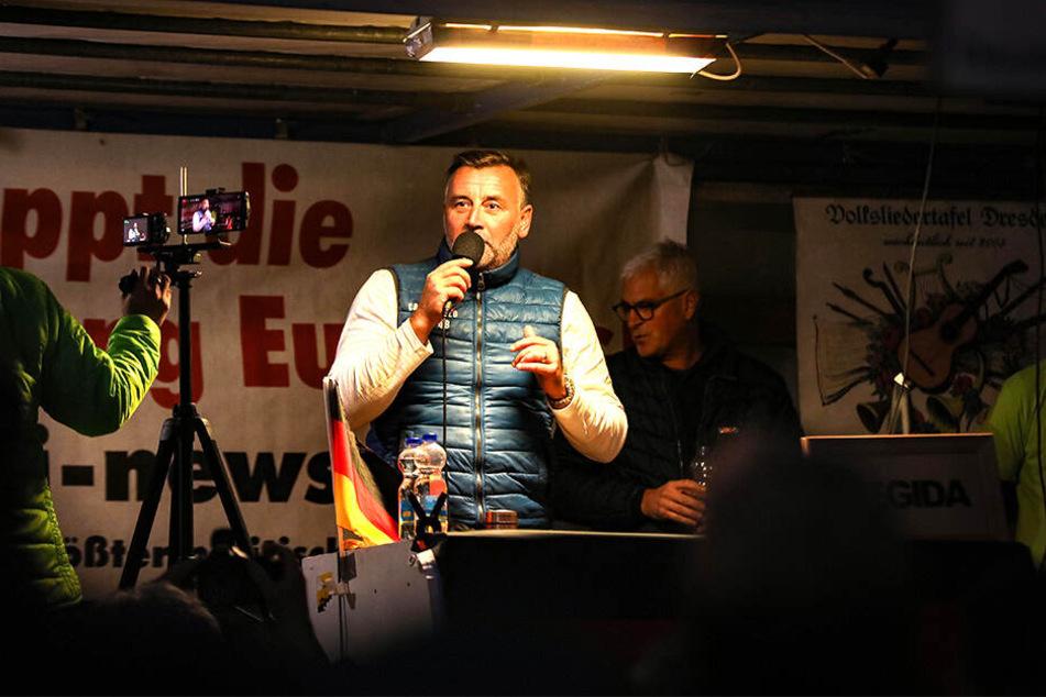 Gegen Pegida-Chef Lutz Bachmann (46), hier bei seinem Auftritt am Montag, wird mal wieder ermittelt.