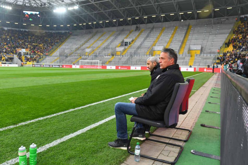 Trainer Uwe Neuhaus (li.) und sein Assistent Peter Németh vor dem leeren K-Block.