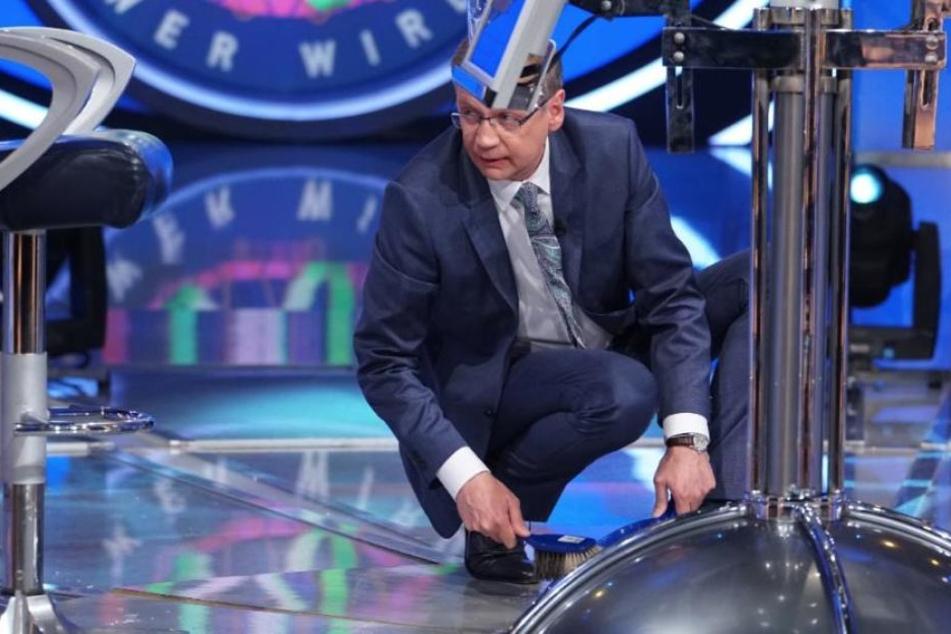 Moderator Günther Jauch am Boden! Bei der Schnapsverkostung fiel ihm das Tablett mit Gläsern auf den Boden.