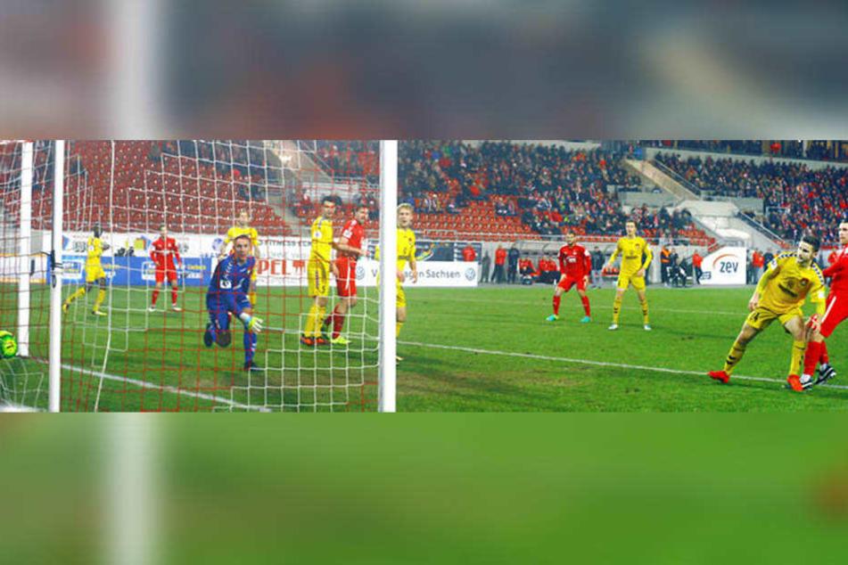 Das Tor zum 1:0 gegen Großaspach. Nils Miatke (r.), der den Treffer selbst einleitete, hat aus Nahdistanz getroffen.