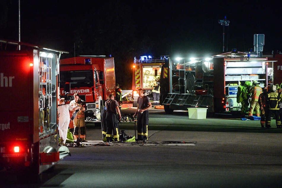 Einsatzkräfte der Feuerwehr versuchen bereits seit Stunden die gefährliche Salpetersäure auf der A24 abzupumpen.
