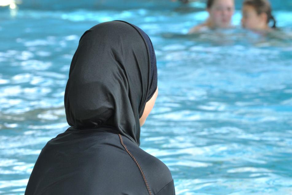 Streng gläubige Muslime könnten in Frankfurt bald ihr eigenes Hallenbad besuchen (Symbolbild).