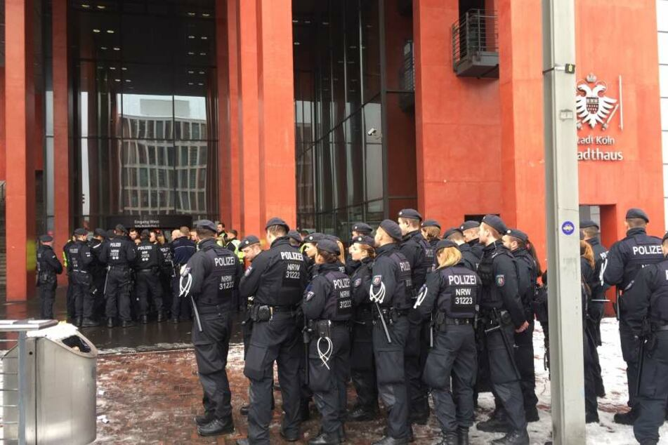Dutzende Polizisten am Stadthaus Deutz, das als Technischen Rathaus genutzt wird.