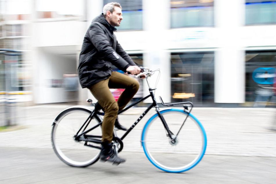 Ein Mann fährt auf einem Swapfiets durch die Stadt. (Archivbild)