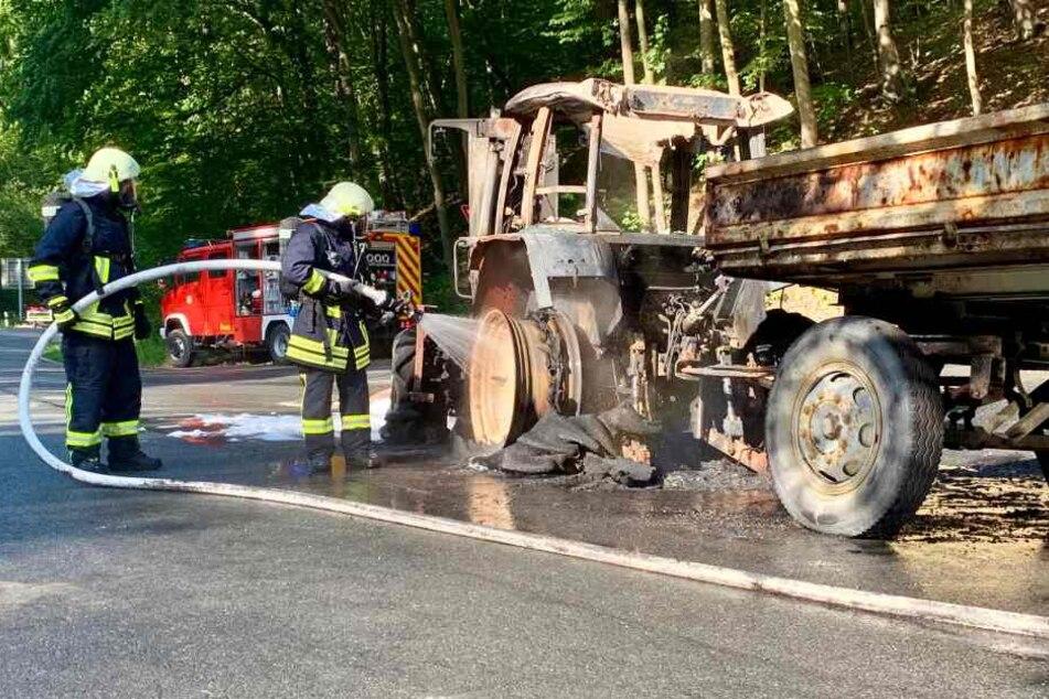 Der Traktor brannte vollständig ab.