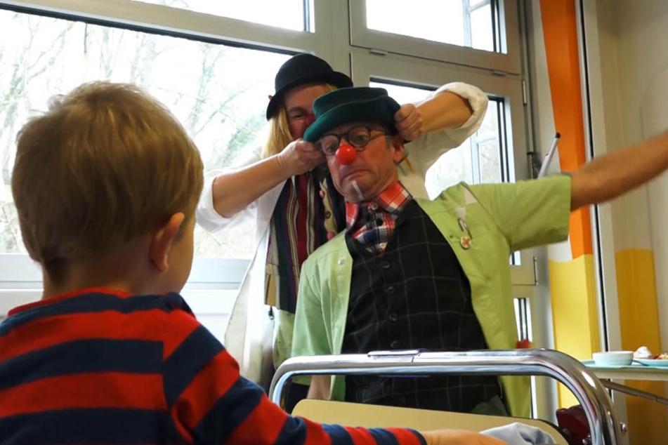 Die Clowns sorgen im Krankenhaus für gute Stimmung.