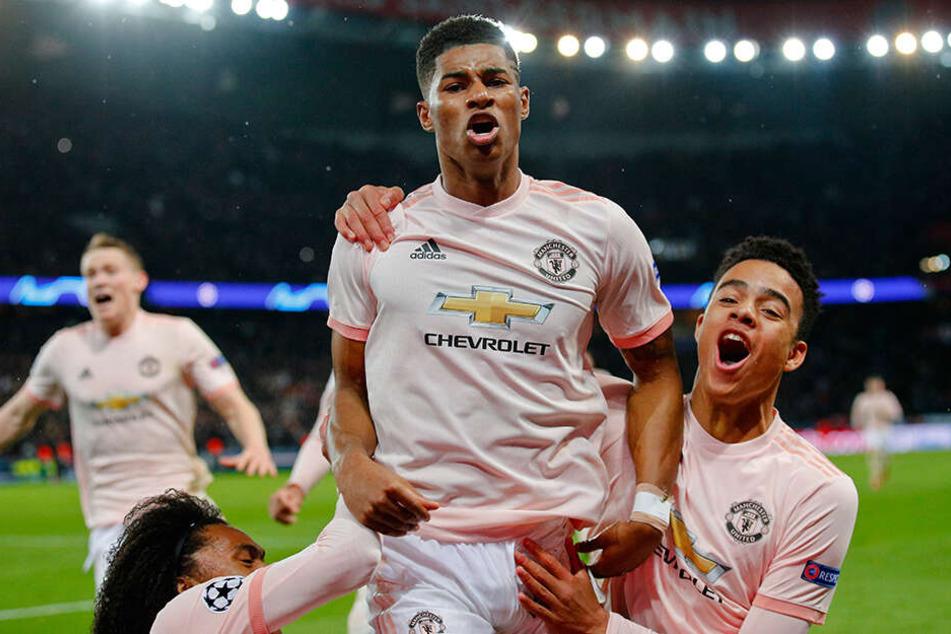 Riesen-Freude bei Marcus Rashford (M) und seinen Teamkollegen! Der 21-jährige Offensivmann von Manchester United verwandelte in der vierten Minute der Nachspielzeit den Elfmeter.