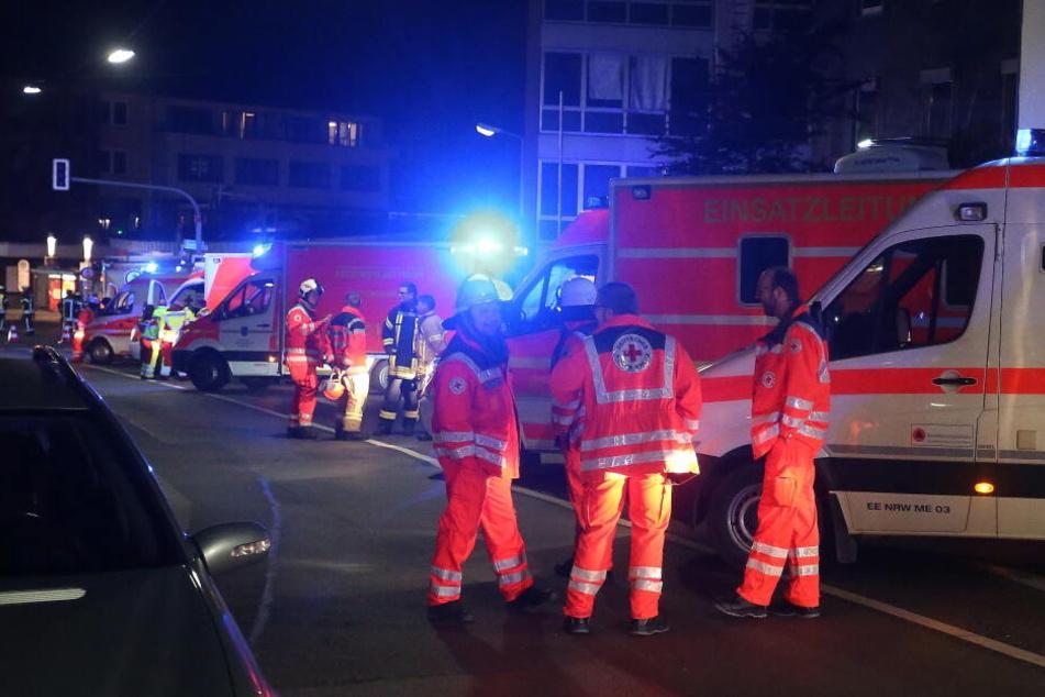 Rettungssanitäter brachten den Mann in ein Krankenhaus. (Symbolbild)