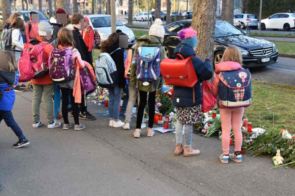 Auch viele Schüler versammelten sich und trauerten um den siebenjährigen Jungen.