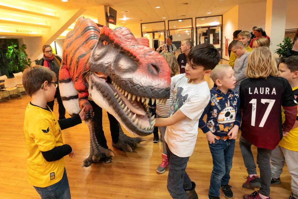 Jonas (7) und Leon (10, r.) trauten sich ganz nah an Baby-T-Rex Olaf heran.