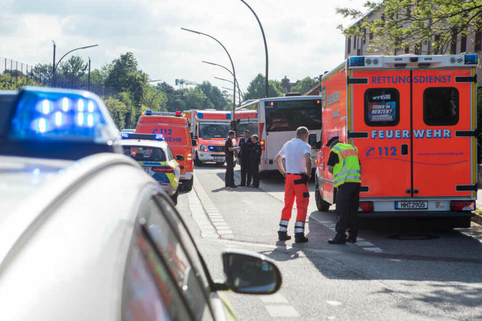 Linienbus muss notbremsen: mehrere Verletzte, darunter zwei Kinder (10)!