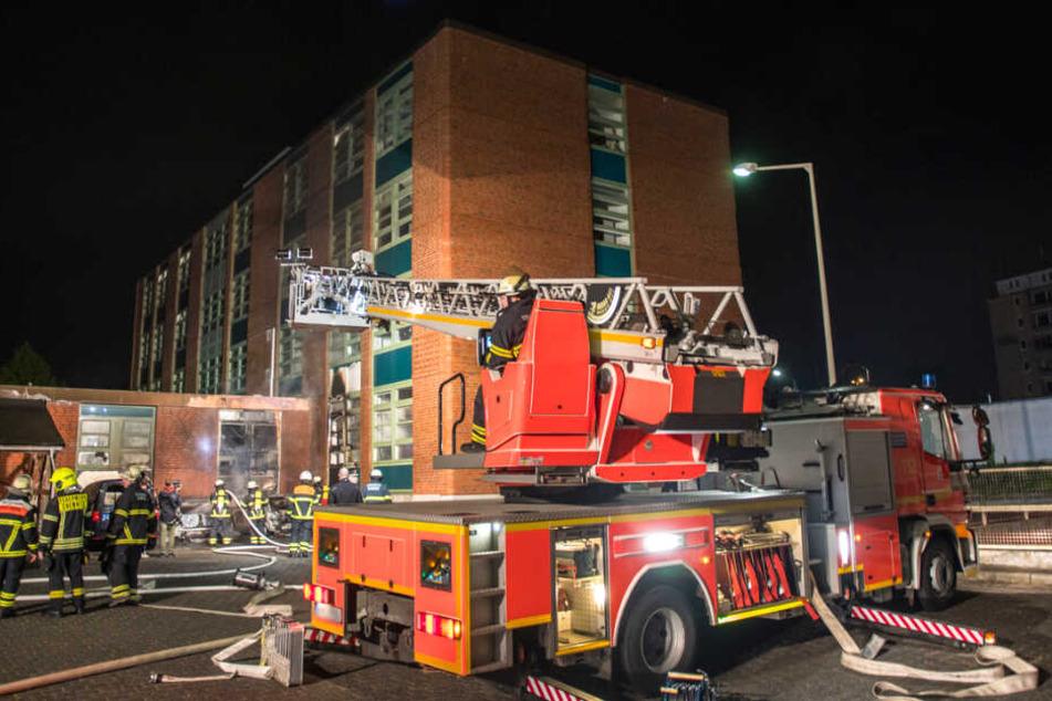 Die Feuerwehr rückt mit schwerem gerät an, um den Brand im Hof des Hauptzollamtes in Hamburg-Tonndorf zu löschen.