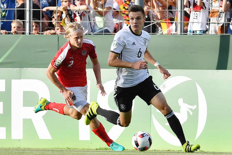 Gino Fechner (20, r.) von RB Leipzig wurde von Bundestrainer Guido Streichsbier (47) für die U20-WM in Südkorea nominiert.