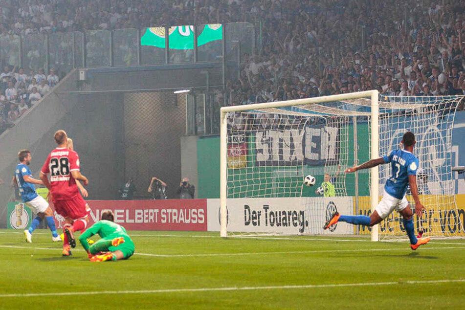 Traumtor! Cebio Soukou (r.) traf in der ersten Runde des DFB-Pokals gegen den VfB Stuttgart mit einem herrlichen Schlenzer zum 1:0 für Rostock. Hansa gewann 2:0.