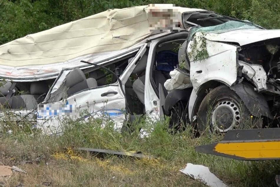 In diesem Taxi kamen zwei Insassen ums Leben.
