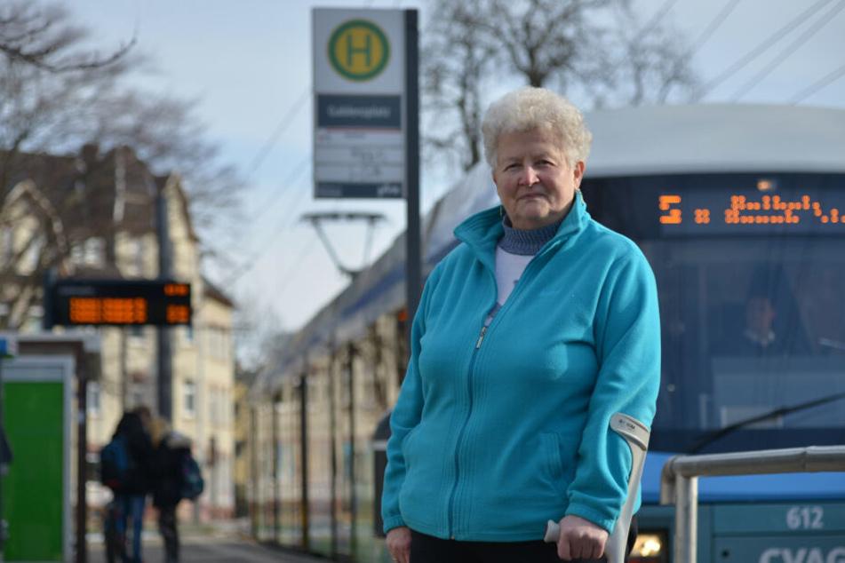 Die Linie 5 war ihr Schicksal: Seit einem Unfall in der Straßenbahn müsse sie am Stock gehen, sagt Karin Schuhmaier (77).