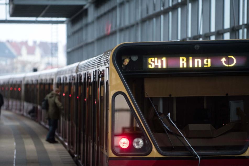 Bei Verspätungen sollen die S-Bahnen auf der Ringstrecke die Stationen Halensee und Hohenzollerndamm nicht anfahren. (Symbolbild)