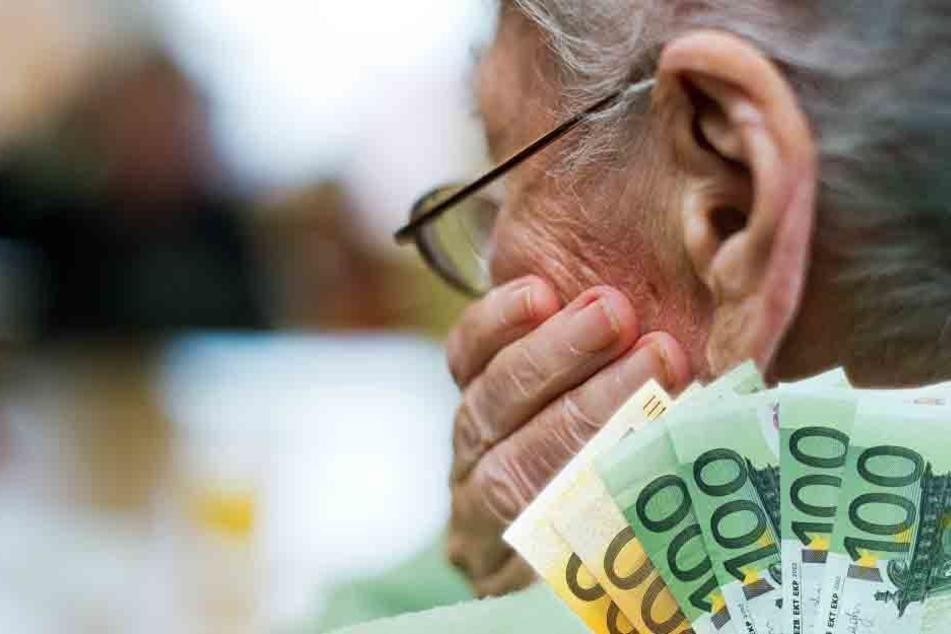 Die Seniorin ließ den Betrüger herein. Kurz darauf war das Geld weg. (Symbolbild)