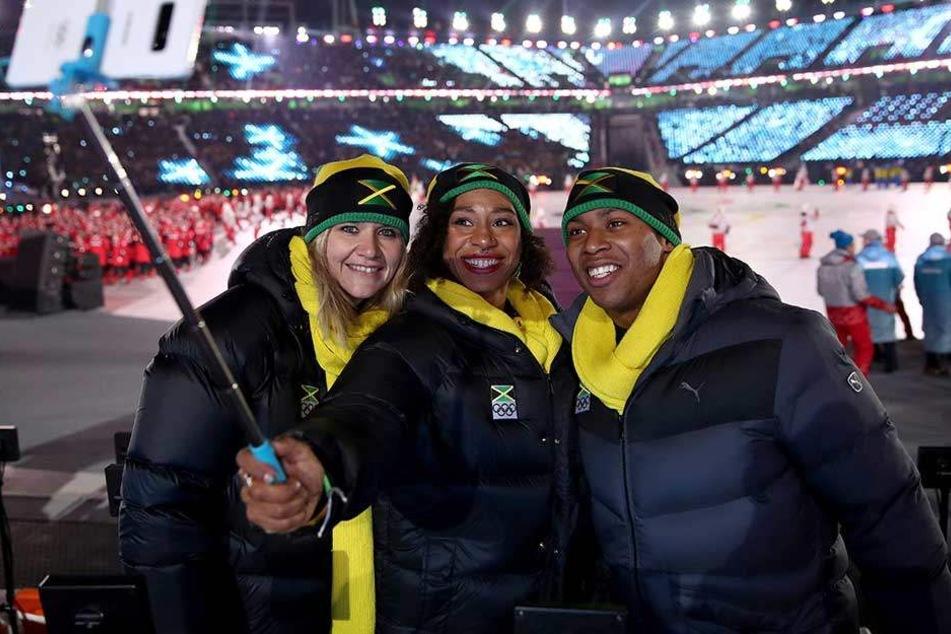 Sandra Kiriasis (l), macht mit Athleten aus Jamaika ein Selfie bei der Eröffnungsfeier der Olympischen Spiele in Pyeongchang.