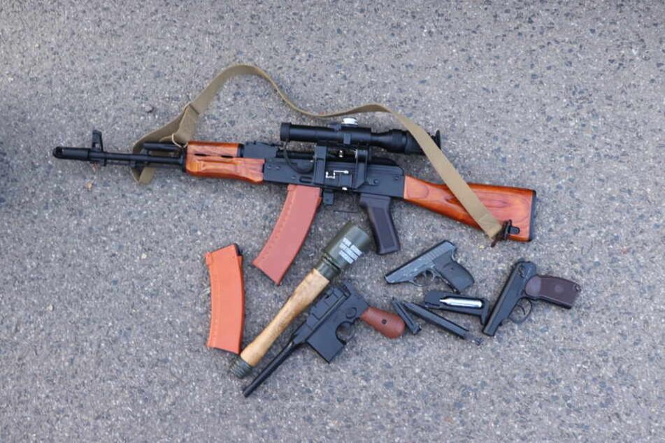 Männer waren mit Waffen und Tarnanzügen im Wald unterwegs