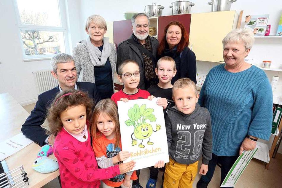 """Die Hortkinder bekamen das """"Chemnitzer Kohlräbchen"""" der Grünen für gesunde Ernährung überreicht."""