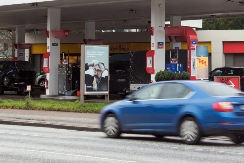 Streit an Tankstelle eskaliert: Mindestens ein Mann schwer verletzt