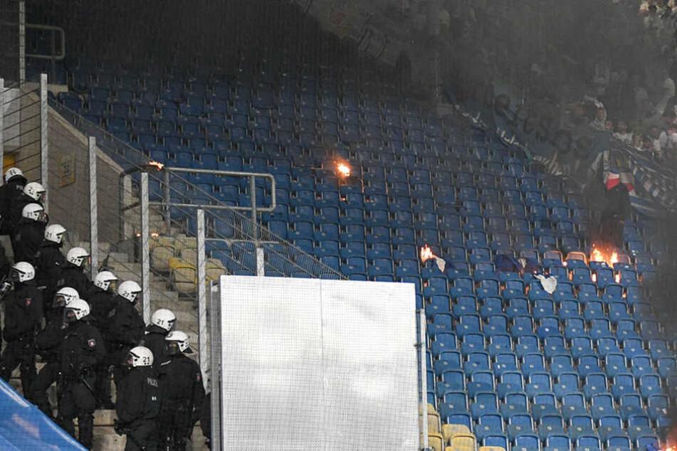 Während die Fans die Flagge anzündeten, stand die Polizei diesen gegenüber.