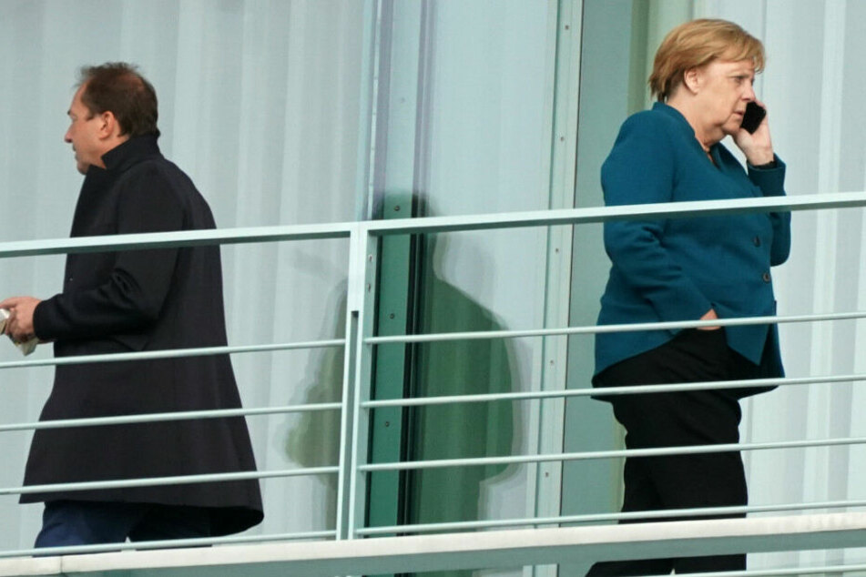undeskanzlerin Angela Merkel (CDU) und Alexander Dobrindt (CSU) stehen auf dem Balkon des Kanzleramts.
