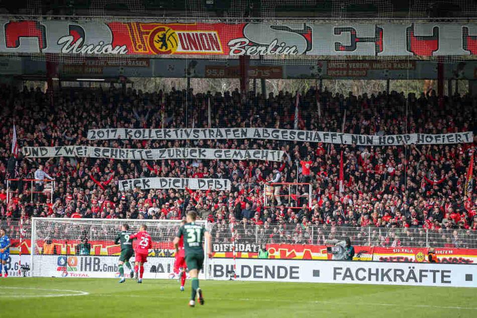 Die Partie der Bundesligisten Union Berlin und VfL Wolfsburg wurde wegen Schmähplakaten unterbrochen.