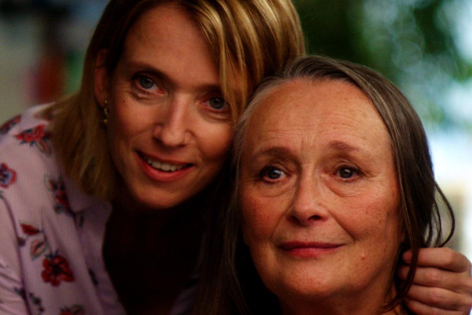 Anne (l., Léa Drucker) ahnt nichts von der wahren Liebe ihrer Mutter Madeleine Girard (Martine Chevallier).