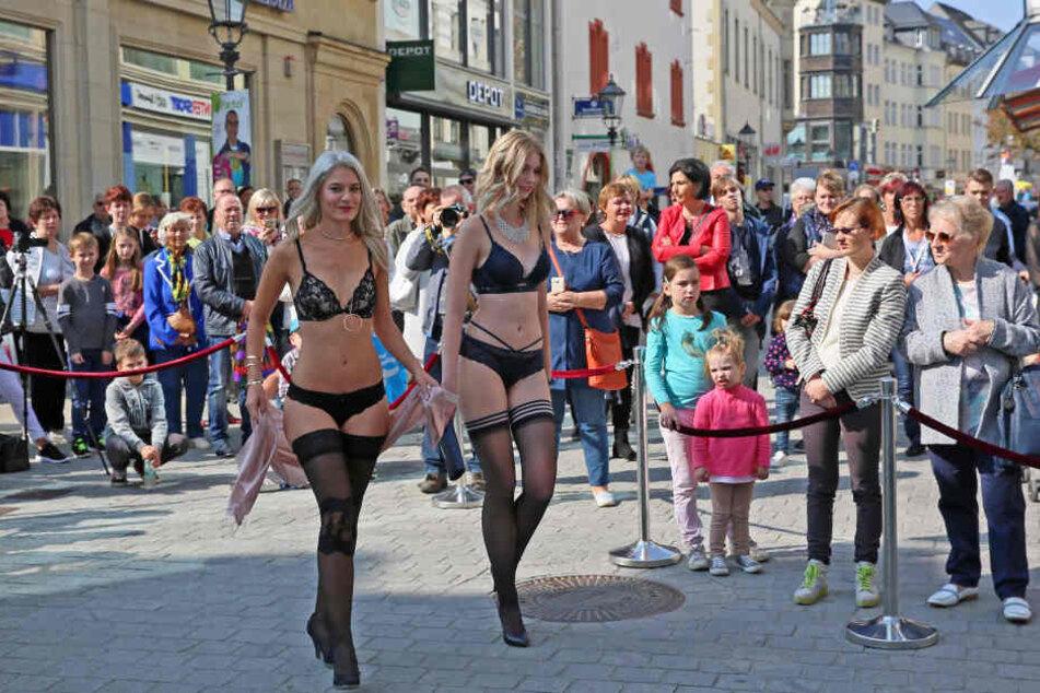 Auch gewagte Auftritte wie hier in der City sind bei der Mode-Party zu sehen.