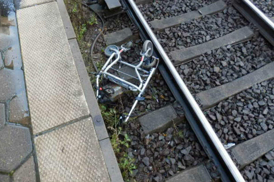 Der Rollator wurde überfahren und komplett zerstört.