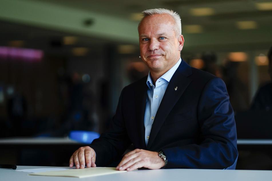 Bærum: Anders Opedal sitzt an einem Tisch und lächelt. Opedal soll als neuer Präsident und CEO des norwegischen Ölriesen Equinor den jetzigen Chef Sætre zum 2. November ablösen.