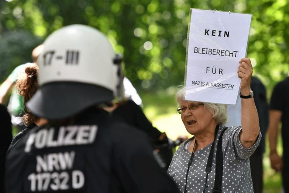 Eine Gegendemonstrantin mit ihrer Botschaft an die Teilnehmer der Identitären-Bewegung-Demo.